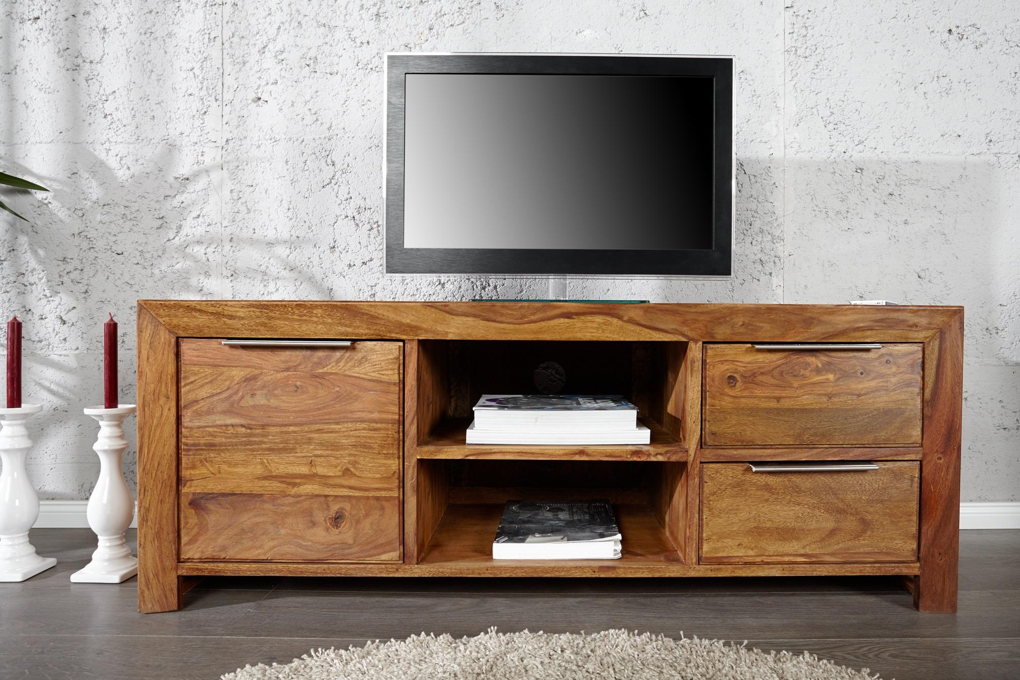 Tv dressoir gemaakt van teak hout voorzien van deuren en